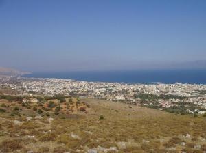 Άποψη της πόλης της Χίου από τη χαρακτηρισμένη ως δασική περιοχή του Κορακάρη, της οποίας επιχειρήθηκε ο αποχαρακτηρισμός