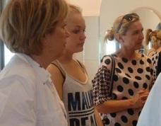 Η Τζούλη, το... κορίτσι από τη Δανία, ανάμεσα στην υπεύθυνη του πρότζεκτ της σχολής κα Pia Schmidt και την κα Δηράκη